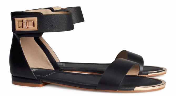 Sandalen met metalen detail, zwart - € 29.95