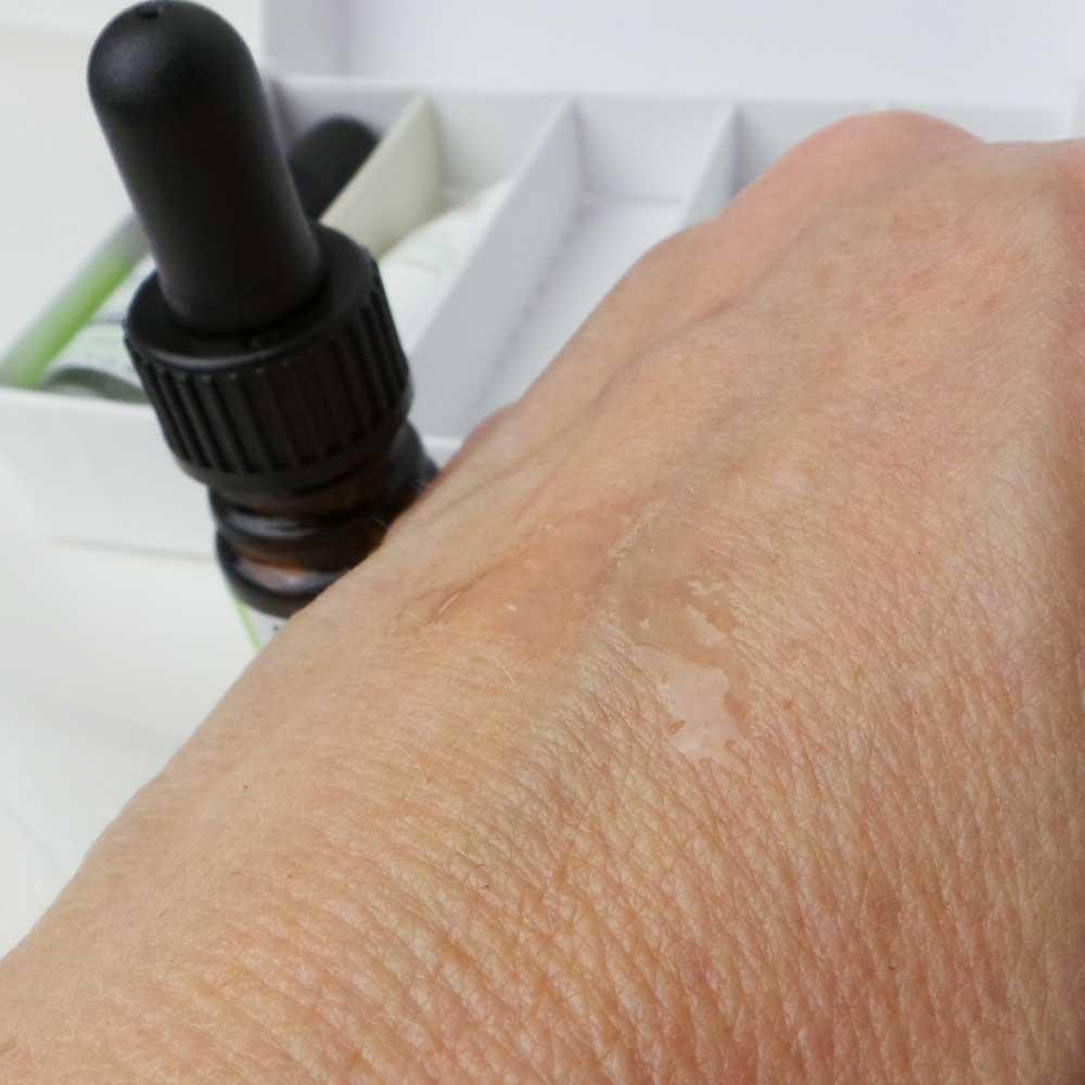 medik8-skincare-bio-technology-yustsome-zazzoo-serum-redalert2